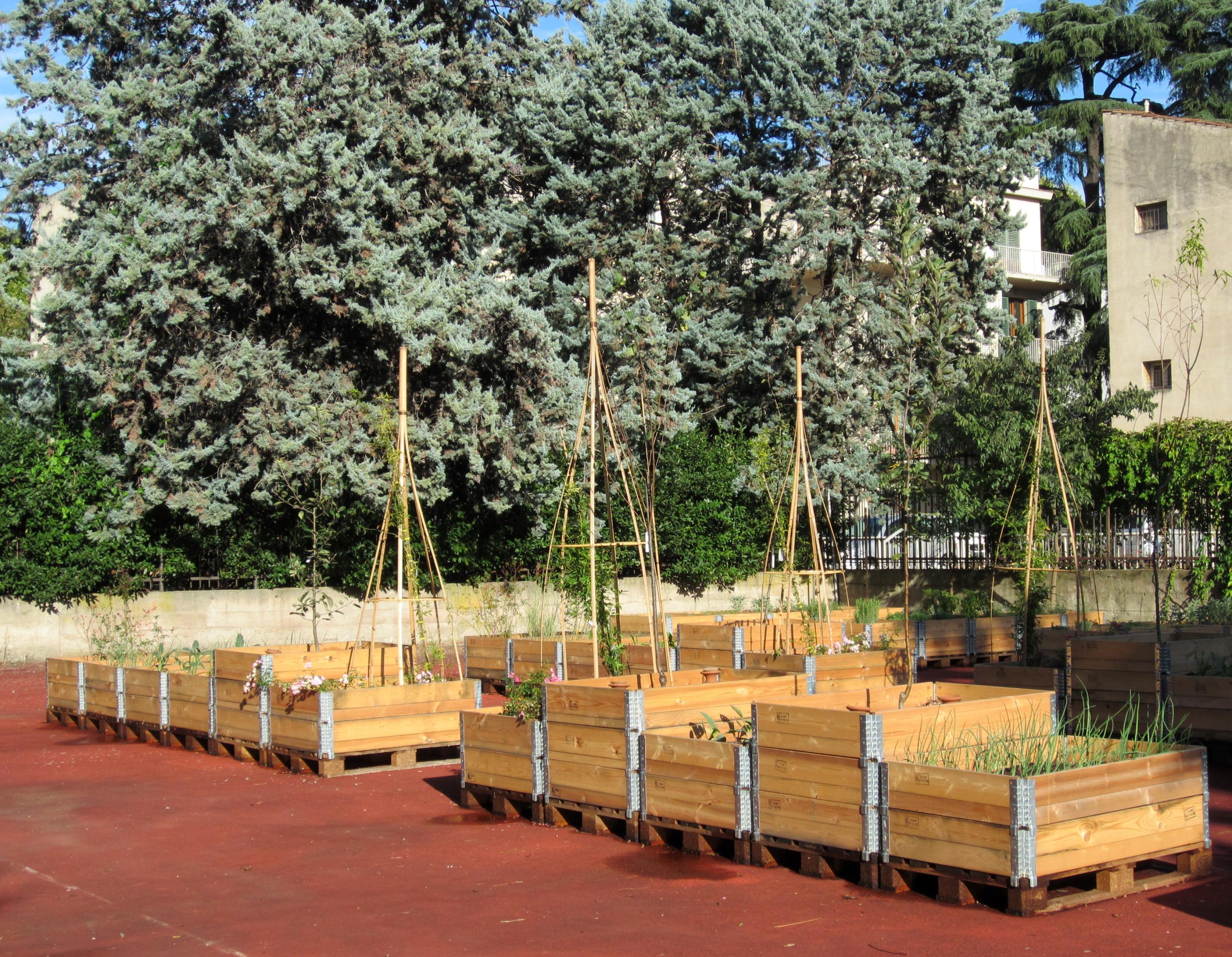 Italian botanical heritage community garden orti dipinti for Cassoni per orto rialzato